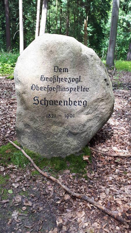 gedenkstein eingang arboretum erbsland in mirow | Reiseblog Rügen