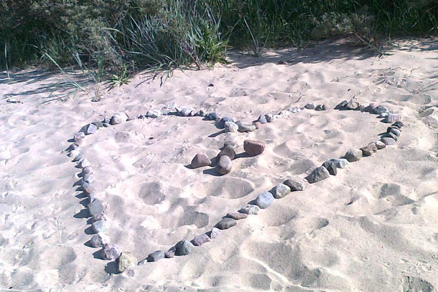 herz aus steinen am goehrener strand auf ruegen | Reiseblog Rügen