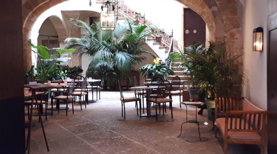 innenhof mit restaurant unterkunft in palma de mallorca | Reiseblog Rügen