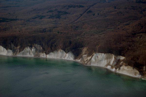 Luftaufnahme der Kreidefelsen vom Nationalpark Jasmund und dem UNESCO Biosphärenreservat auf der Insel Rügen
