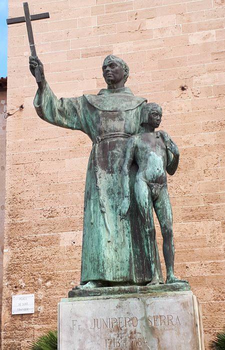 statue vor katholischer knabenschule auf mallorca spanien | Reiseblog Rügen