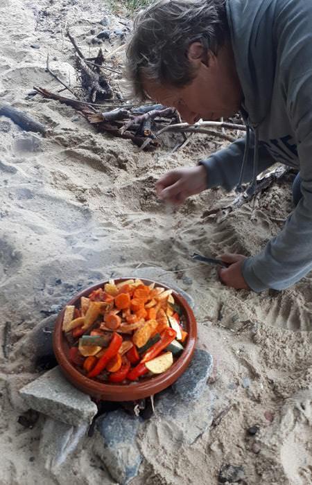 traditionelles kochen mit der tajine am strand insel ruegen   Reiseblog Rügen